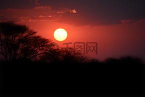夕阳西下,映衬着美丽的山水