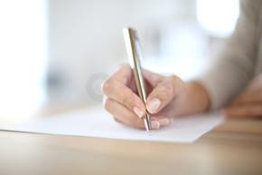 手在纸张上书写