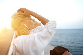 女人在耳机听音乐