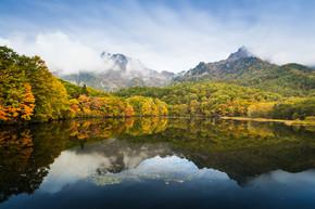 Togakushis 湖秋季彩树观