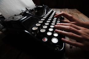 在木桌背景上的老式打字机写手