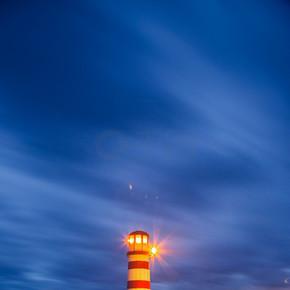 灯塔在湖 Neusiedl (Podersdorf 看见) 在日落, 布尔根, 奥地利
