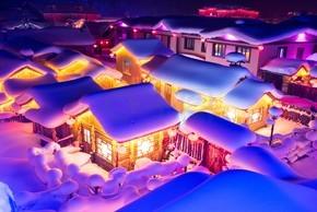 2017年12月8日,中国东北黑龙江省牡丹江市海林市雪莲村(字面意思是雪村)旅游胜地的照明房屋风景