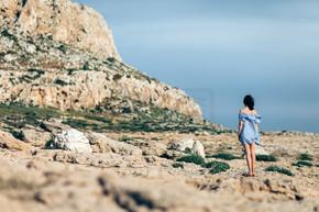 女人在岩石沙漠上行走