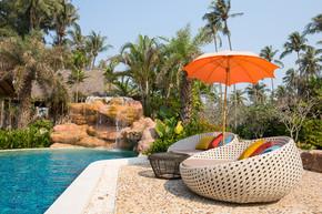 游泳池和一个热带花园,泰国沙滩椅