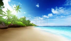在日落时间在塞舌尔马埃岛上海滩