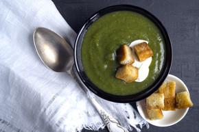 素食的奶油汤的绿色蔬菜。在黑色的背景
