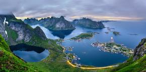 在挪威罗弗敦群岛 Uttakleiv 沙滩很漂亮的日落