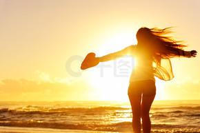 大大咧咧的女人,在夕阳下跳舞