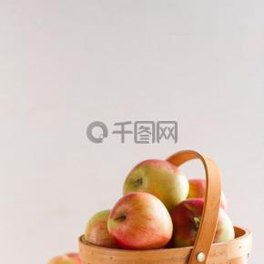 新鲜多汁的苹果在篮子里
