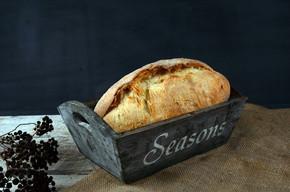 在木桌上的面包