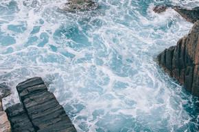 美丽的波浪海与岩石在海岸线在焦雷, 意大利