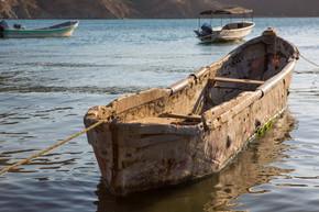 渔船停泊在塔甘加湾