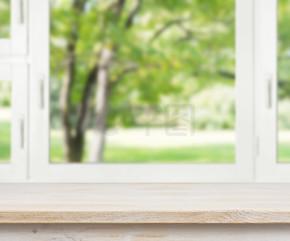 木桌在夏天窗口背景