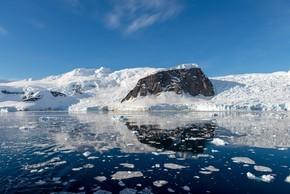 南极海景与冰山和反射