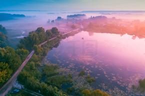 湖上神奇的日出。朦胧的清晨, 田园风光。鸟瞰