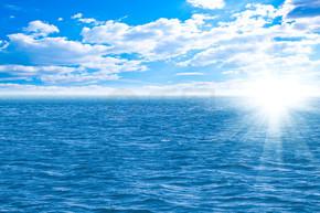 完美的天空和海洋的水