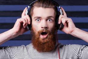 胡子的男子在耳机