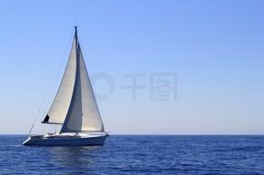 美丽的帆船帆船帆蓝色地中海