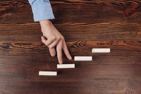 裁剪的看法, 人走在木块上的手指象征着职业阶梯