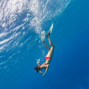 以潜入碧蓝的海水