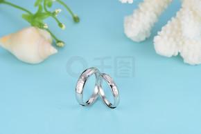 白色背景的结婚戒指和耳环