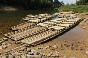 竹筏漂浮在河中