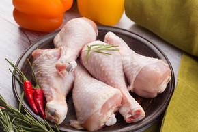在木桌上的新鲜鸡