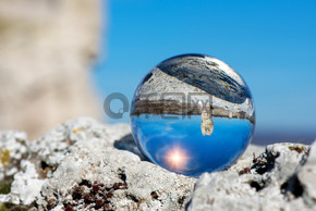 在保加利亚、东欧瓦尔纳附近的石林自然保护区的正面向下的景观--在镜头球中的反射-选择性聚焦, 文本空间