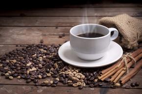 咖啡杯和碟木桌上。黑暗的背景.
