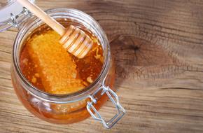 罐蜂蜜的蜂窝状、 木制背景上的北斗七星
