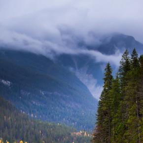 一条流过群山的河流, 在多云的暴风雨日