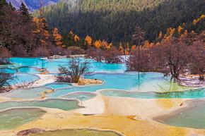 在黄龙的美丽清澈的水