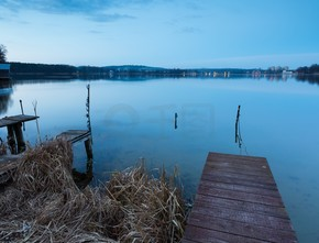 日落之后的湖景观
