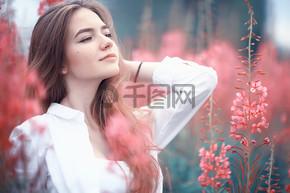 粉红花毛女孩模型 /美丽的迷人时尚模型在外地自然夏天