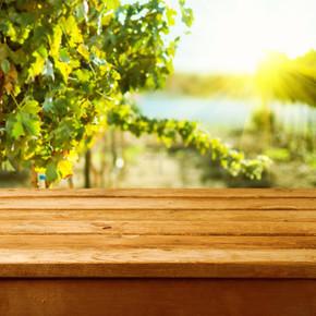空木甲板表在葡萄园散景背景