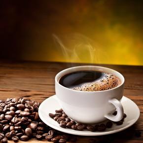 咖啡杯和碟木桌子上.