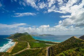 从蒂莫西山顶部看圣基茨和尼维斯南部的加勒比海和大西洋景观观.