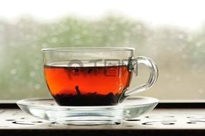 舒普洱茶在窗台上的玻璃杯子酿造