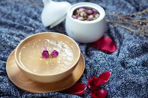 Salanganes 或在餐厅的木碗中的鸟巢的甜汤