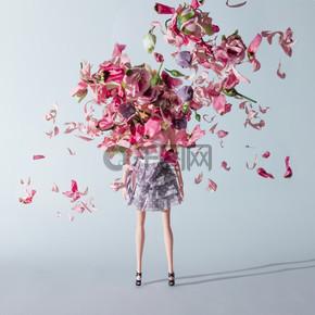 带粉红色和紫色花朵的女孩娃娃。创意简约时尚