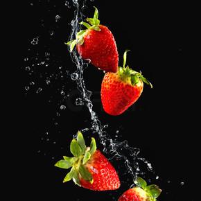 水溅在草莓