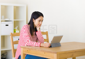 看电影在平板电脑上的亚裔女子