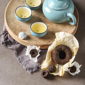 瓷器中国杯,钢茶匙。黑色,绿色,普洱茶,学校